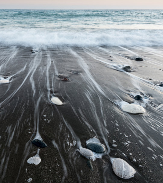 Descente de la vague sur la plage